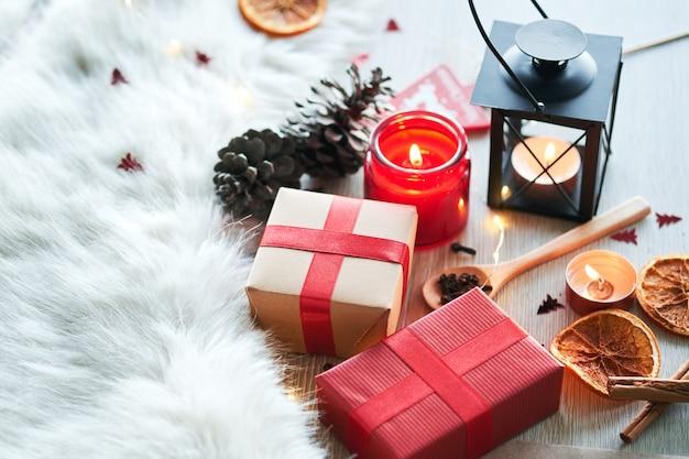 Kerstversiering met kaarsen