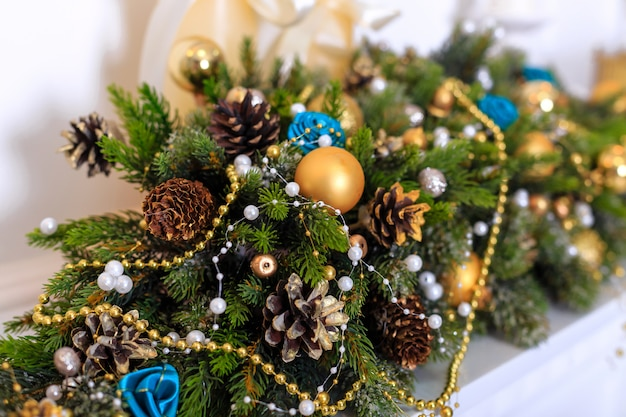 Kerstversiering met kegels en glazen bollen