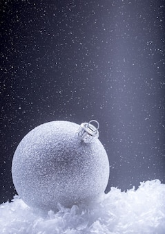 Kerstversiering met kerstbal in de sneeuwsfeer