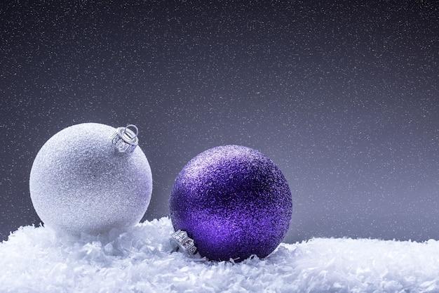 Kerstversiering met kerstballen in de sneeuwsfeer