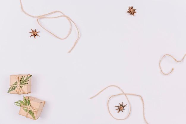 Kerstversiering met kleine cadeautjes