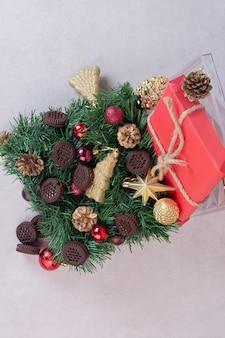 Kerstversiering met koekjes op witte tafel.