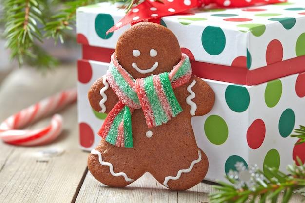 Kerstversiering met peperkoekmannetje en geschenkdoos