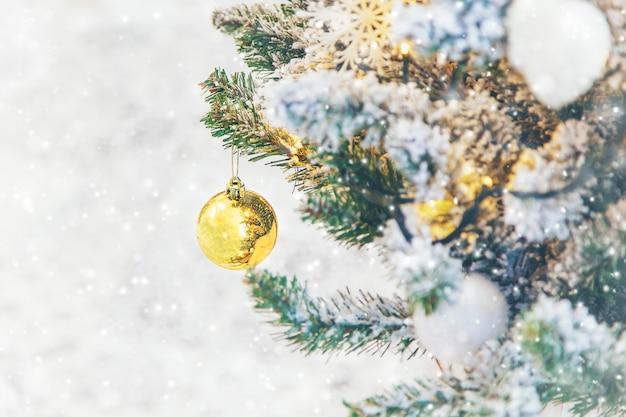 Kerstversiering op de boom, vakantie, selectieve aandacht.