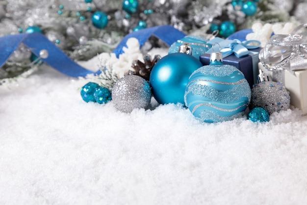 Kerstversiering op de sneeuw