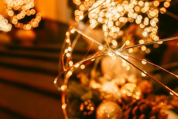 Kerstversiering op de straat in de stad