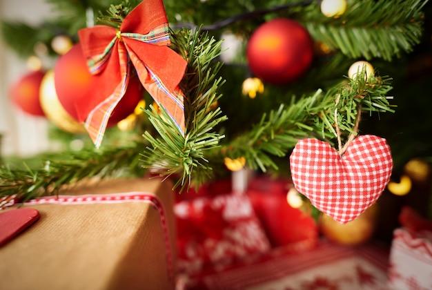 Kerstversiering op de takken
