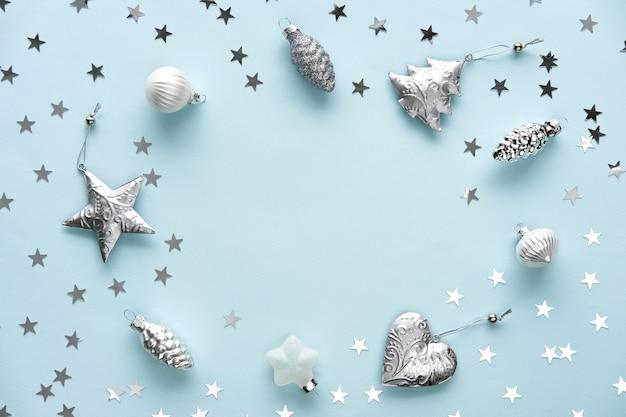 Kerstversiering op een blauwe achtergrond