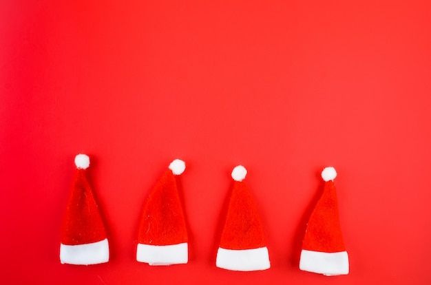 Kerstversiering op een rode achtergrond