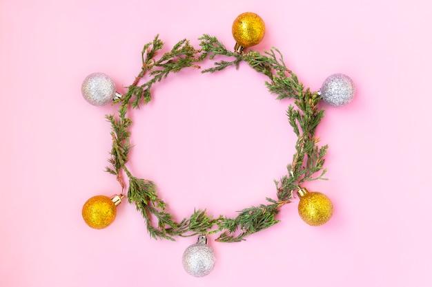 Kerstversiering op een roze achtergrond. kerstversieringen. kerst krans.