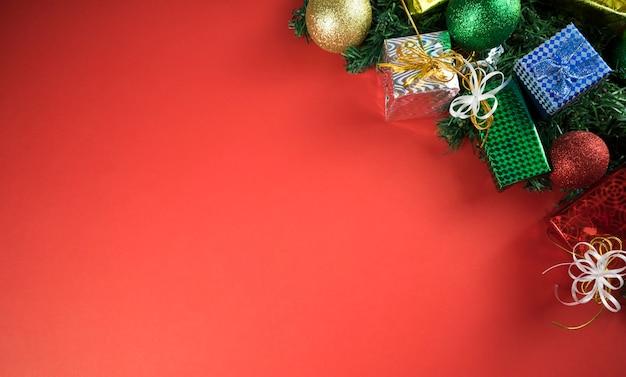 Kerstversiering op een tafel