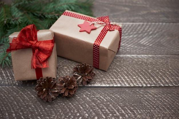 Kerstversiering op het bruine hout