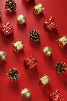 Kerstversiering op het patroon van de kerstboom op een rode muur. bovenaanzicht, als muur. nieuwjaars vakantie