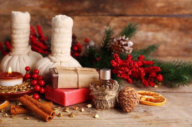 Kerstversiering op houten tafel