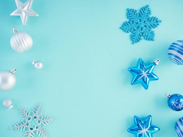 Kerstversiering op lichtblauw oppervlak