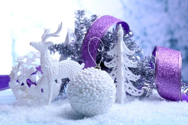 Kerstversiering op lichte achtergrond