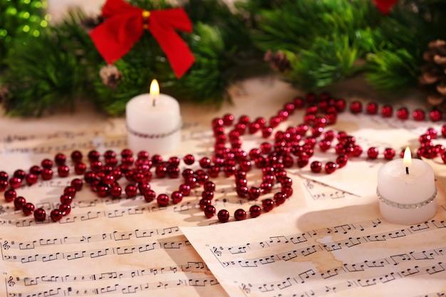 Kerstversiering op muziekbladen, close-up