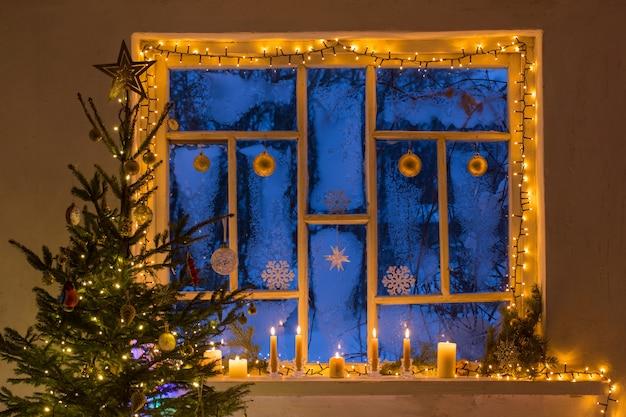 Kerstversiering op oude houten raam