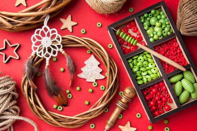 Kerstversiering op rode achtergrond