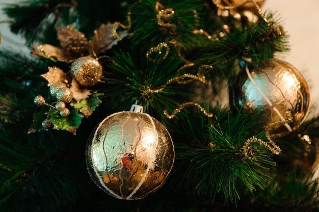 Kerstversiering opknoping van de boom