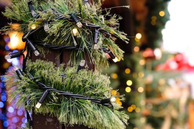 Kerstversiering stadsbeurs van verlichting led-slinger en kunstmatige nieuwjaarsboomtak