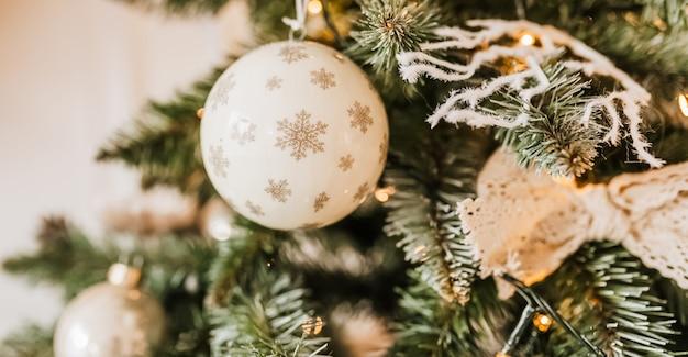 Kerstversiering thuis. nieuwjaarslichten, speelgoed, krans en boom noel