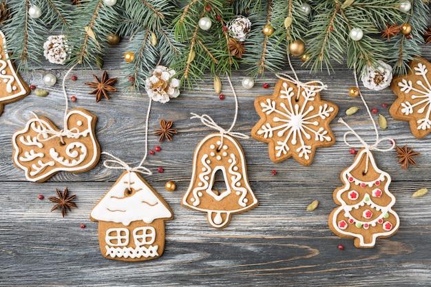 Kerstversiering van peperkoekkoekjes en sparren