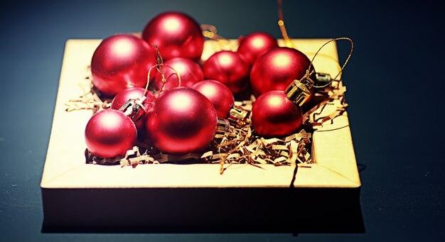 Kerstversiering voor in de kerstboom. kleine balletjes om de kerstboom te versieren. speelgoed voor het nieuwe jaar.
