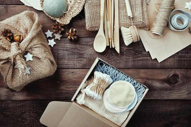 Kerstversiering zonder afval. milieuvriendelijke cadeautjes in open doos. jute verpakkingen.