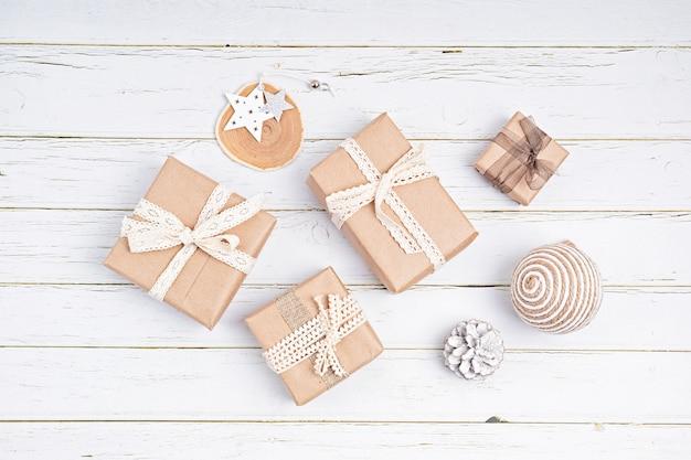 Kerstversieringen en geschenkdozen verpakt in biologisch ambachtelijk papier, plat leggen, bovenaanzicht, kopie ruimte. wintervakantie, xmas wenskaart