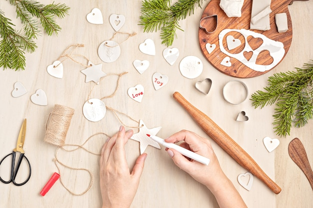Kerstversieringen en tags met boetseerklei