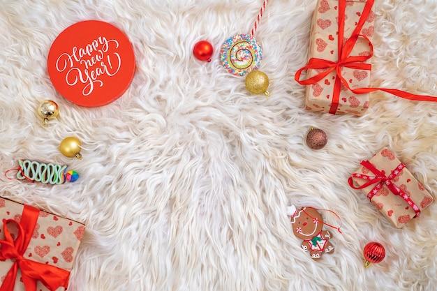 Kerstversieringen en verpakte geschenkdozen