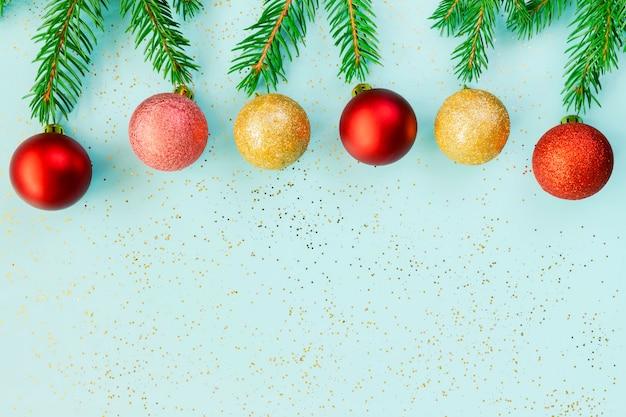 Kerstversieringen. nieuwjaars versieringen op een blauwe achtergrond.