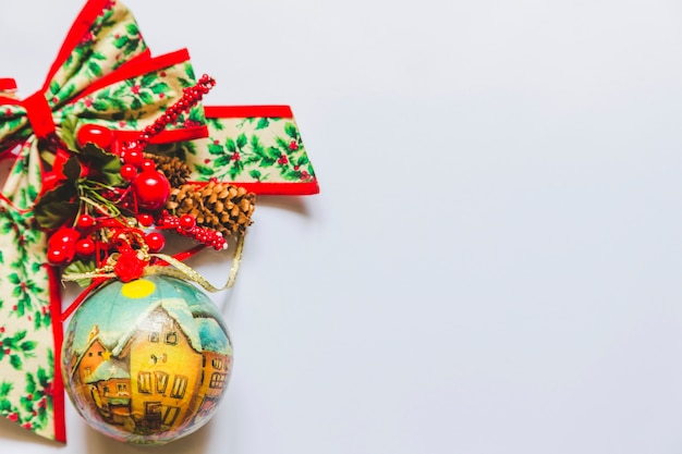 Kerstversieringssnuisterijen met heilige bessen; kegel en lint op witte achtergrond