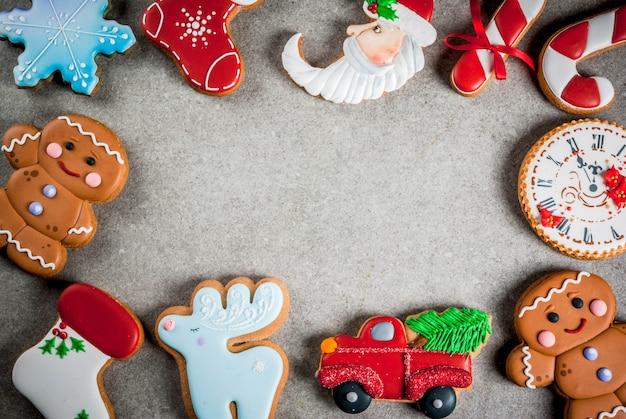 Kerstverstand selectie van zelfgemaakte kleurrijke peperkoekkoekjes. bovenaanzicht, copyspace frame