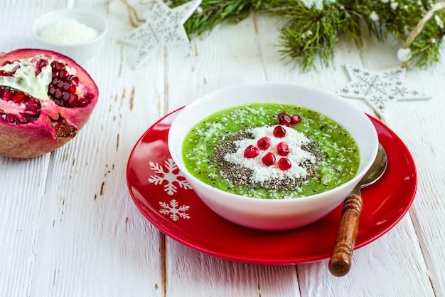 Kerstvoedsel gezond idee groene smoothies versierd gezond of kindervoedsel