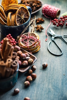 Kerstvoedselconcept met kruidenvariëteiten voor het koken van glühwein op vintage houten tafel