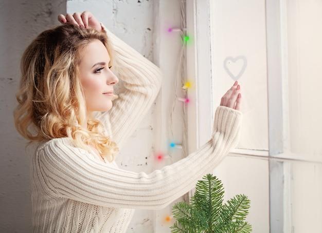 Kerstvrouw thuis met liefde