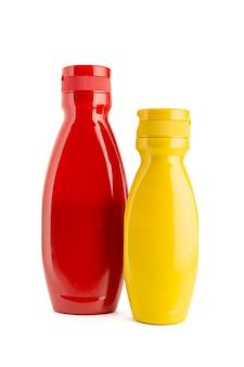 Ketchup en mosterdsausfles op witte achtergrond wordt geïsoleerd die. kopieer ruimte