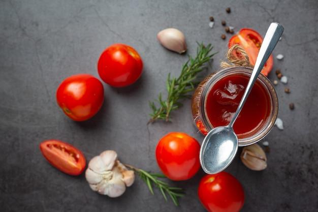 Ketchup of tomatensaus met verse tomaat