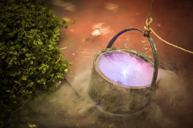 Ketel met paarse magisch kokende toverdrank of heksen giftige gifsoep.