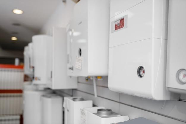 Ketels voor waterverwarming op gas op showcase in loodgieterswinkel. sanitaire techniek winkel, niemand