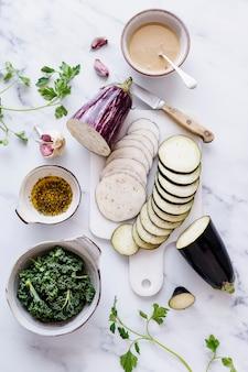 Keto auberginesalade bereiding plat liggende voedselfotografie
