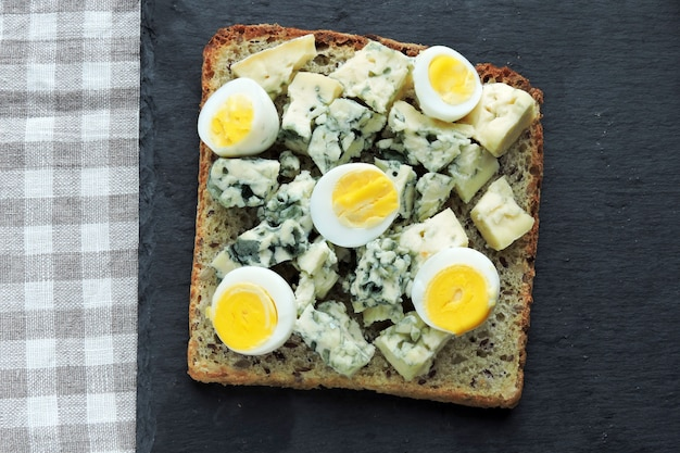 Keto dieet. toast met blauwe kaas en kwarteleitjes. keto toast. gezonde snack.