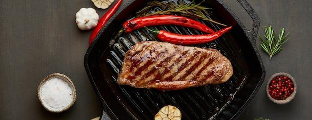 Keto ketogeen dieet biefstuk, gebakken striploin op grillpan. paleo voedselrecept met vlees