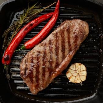Keto ketogeen dieet medium biefstuk, gebakken biefstuk op de grillpan. paleo food recept met vlees