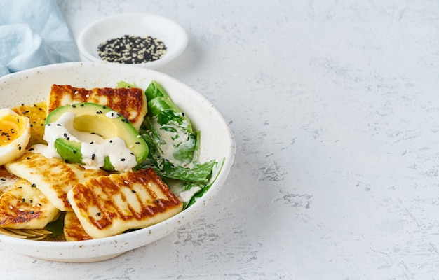 Keto ketogenic diet zacht gekookte eieren met avocado