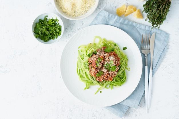 Keto pasta bolognese met gehakt en courgette noedels, fodmap, lchf. bovenaanzicht, kopieer ruimte