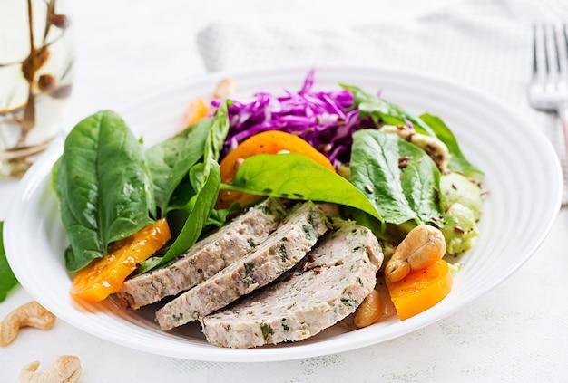 Ketogeen dieet. boeddha schaal met gehaktbrood, kippenvlees, avocado, kool en noten. detox en gezond concept. keto-eten.
