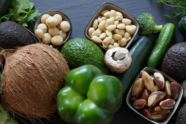 Ketogeen dieet. groenten en noten voor koolhydraatarm dieet